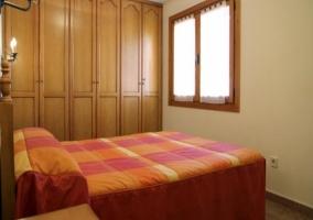 Dormitorio con dos camas indivuduales