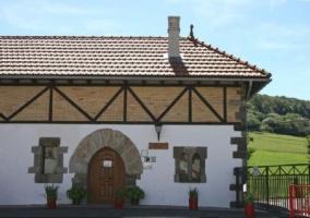 Amplia fachada de la casa con plantas
