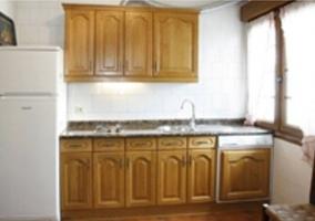 Cocina comedor de la casa con armario en madera