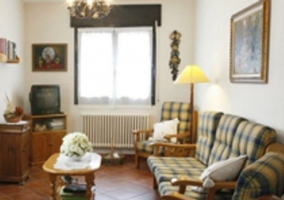 Sala de estar con muebles de madera y mesilla en el centro
