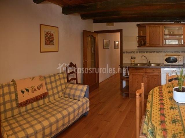 Casa lenco ii en cilveti zilbeti navarra for Sala de estar y comedor