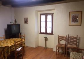 Sala de estar con cocina y mesa de comedor