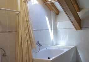 Dormitorio con dos camas y espejo