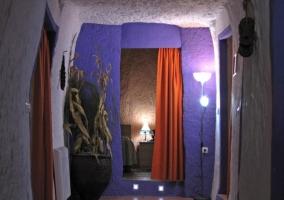 Dormitorio con dos camas individuales y pared amarilla