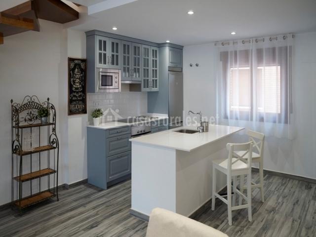 Apartamento par s casas de valois en hita guadalajara for Taburetes isla cocina