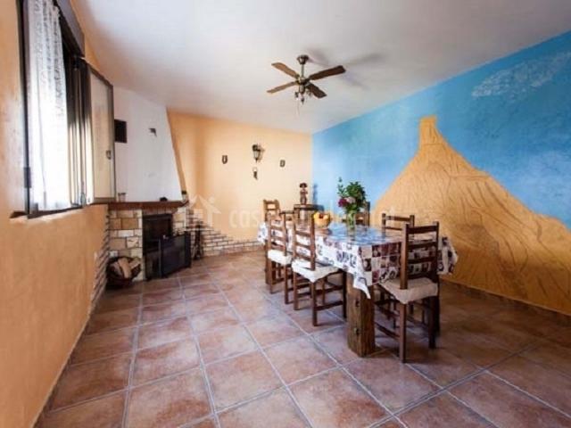 Casa rural encarna en melida navarra for Comedor con chimenea
