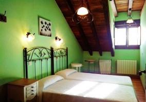 Dormitorio abuhardillado con camas individuales