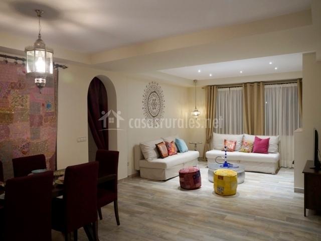 Amplia sala de estar y mesa de comedor