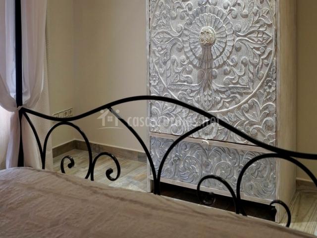 Armario adornado frente a cama doble