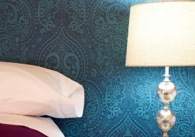 Dormitorio con lamparilla y pared azul