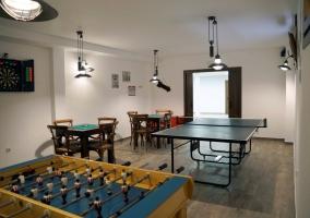 Mesas y juegos en la sala