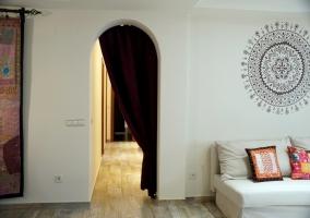 Sala de estar con sillones blancos con cojines