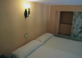Dormitorio con cama de matrimonio y escalera