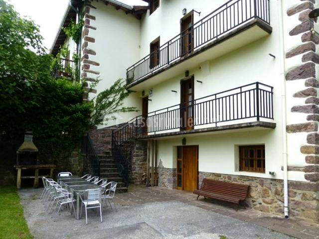Gorostipaleko borda en echalar etxalar navarra for Barbacoa patio interior
