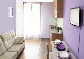 Salón con paredes de precioso color lila