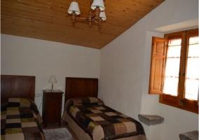 Habitación doble con dos camas en la masía