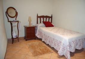 Habitación individual con mobiliario clásico en la casa rural