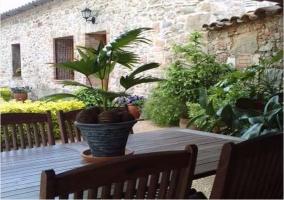 Mesa y sillas de jardín en la casa rural