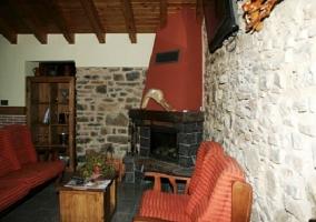 Salón con chimenea y zona de sofás