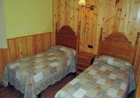 Dormitorio con dos camas y cabeceros modernos