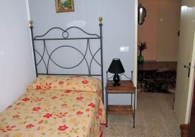 Dormitorio de madera con dos camas separadas