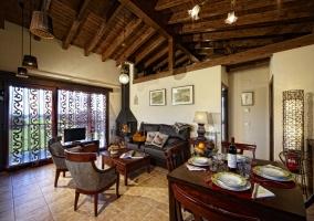 Lujoso salón con chimenea