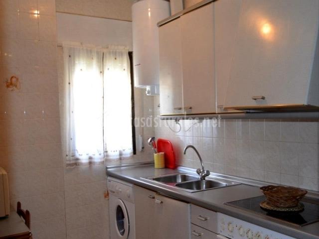 Cocina con lavadora en un lateral