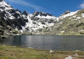 Lago y montes en la Sierra de Gredos