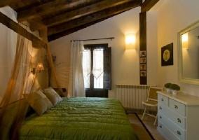 Dormitorio con cama de matrimonio y muebles