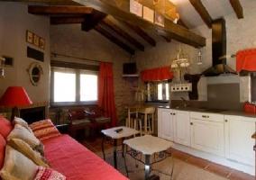 Cocina amplia con sala de estar