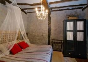 Dormitorio con cama de matrimonio y original lámpara