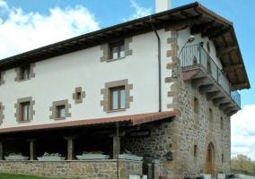 Habitación de matrimonio con butaca antigua