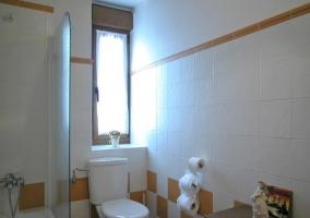 Habitación de matrimonio con cómoda antigua y espejo