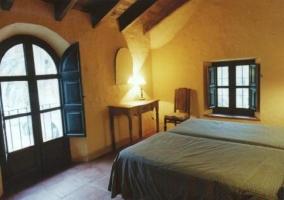 Dormitorio con colcha florida