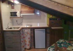 Cocina equipada con microondas