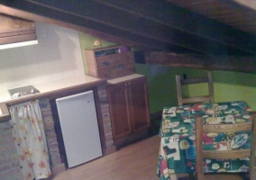 Cocina y pequeña mesa de comedor
