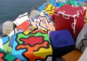 Coloridos bloques en el puerto de Llanes