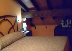 Dormitorio de paredes amarillas