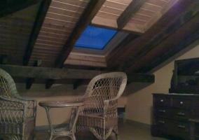 Habitación con mobiliario de mimbre