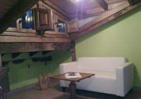 Salón con sofá de 2 plazas