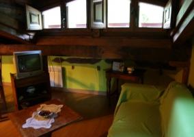 Salón abuhardillado con televisión