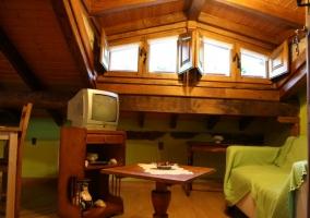 Sala de estar muy luminosa, con televisión