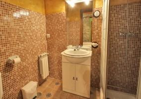 Baño con ducha en cabina