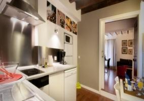 Cocina del apartamento en blanco