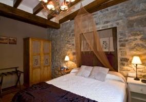 Dormitorio con cama de matrimonio y mosquitera