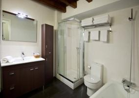 Baño completo con ducha y bañera