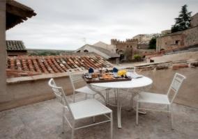 Terraza con vistas y mesa con sillas