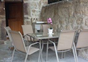 Porche privado con mesa y sillas