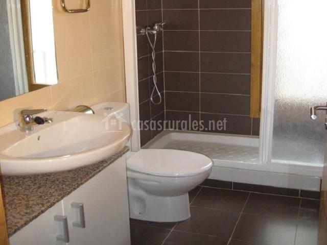 Apartamento allurkos ii apartamentos rurales en uztarroz valle roncal navarra - Ver cuartos de bano con plato de ducha ...