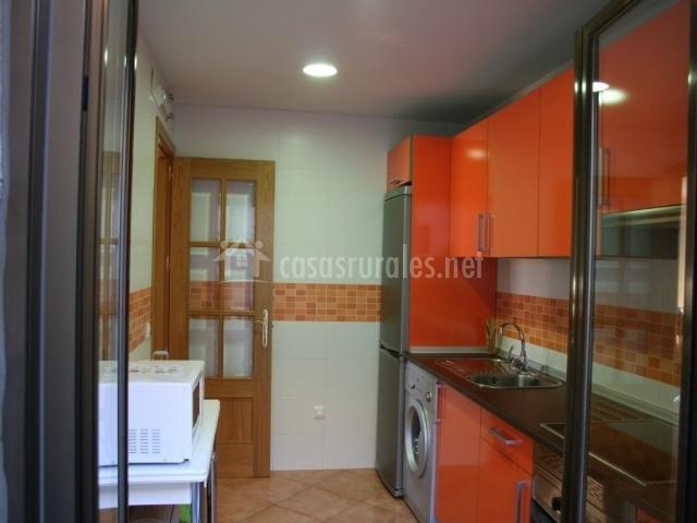 Cocina con muebles naranjas